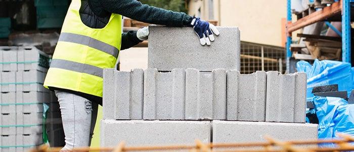 woman_lifting_concreteblocks