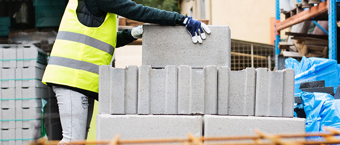 woman_lifting_concreteblocks